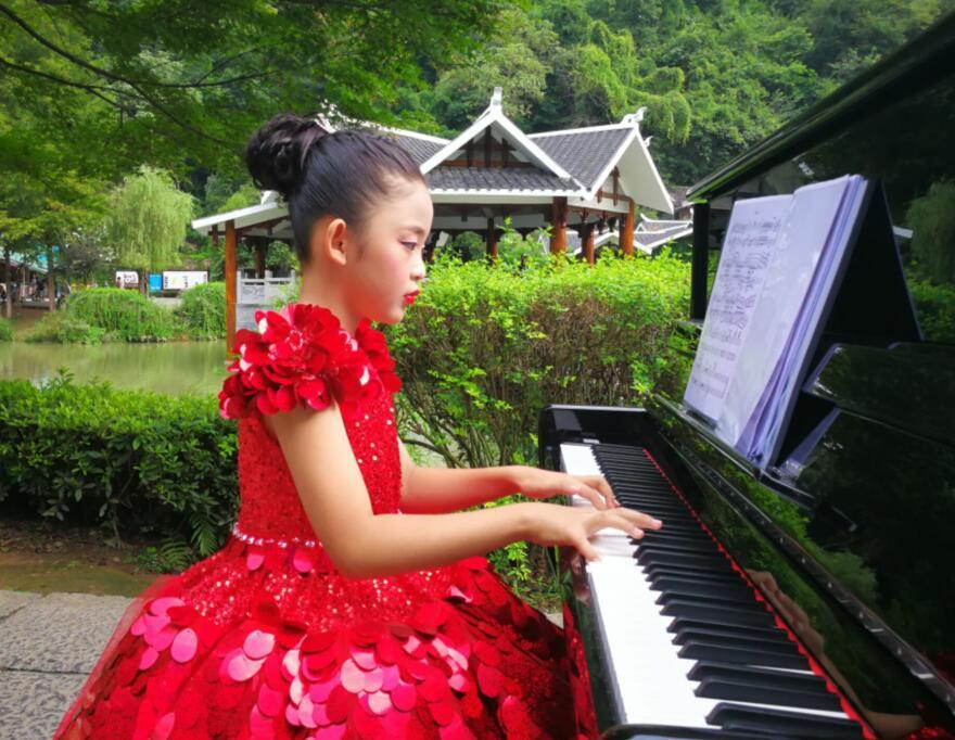 生命因歌唱而精彩_――记黄龙音乐季爱好音乐并执着追求的人们