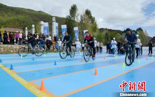 """四川泸沽湖居民体验""""趣味骑行""""_感受自行车运动的别样魅力"""