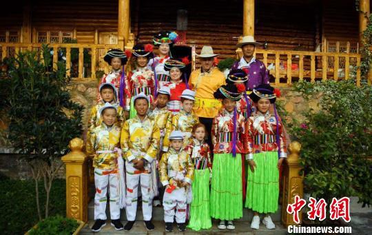 12名中外小朋友四川泸沽湖体验摩梭成人礼。刘忠俊 摄