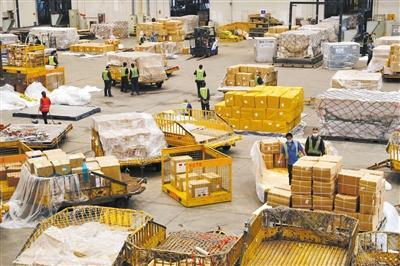 5月8日,首都机场地服公司货运仓库,工作人员在仓库内分拣货物,其中大部分是等待出港的防疫物资。新京报记者 侯少卿 摄