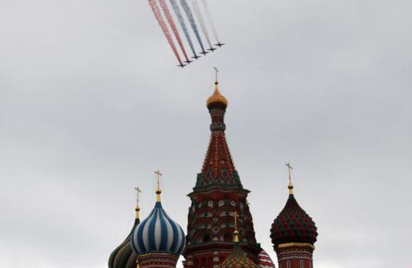 俄罗斯胜利日阅兵_战机列队飞过莫斯科红场